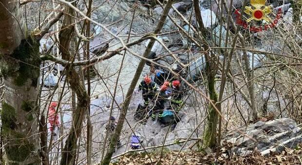 Perde il controllo dell'auto e finisce nel fiume dopo un volo di 20 metri: morto 55enne