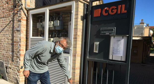 Il dirigente provinciale della Cgil Giampiero Pelagalli, mostra dove era stata lasciata la molotov innescata