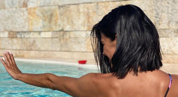 Bianca Guaccero, la foto del lato B con il tatuaggio fa impazzire i fan: «Sei illegale...»