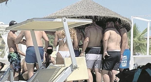 Pesaro, «Spazio in spiaggia per i giovani». Ma i bagnini gelano il sindaco: «I clienti li scegliamo noi»
