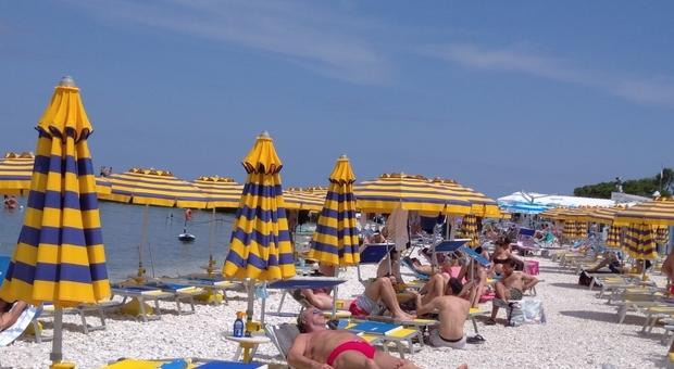 Portonovo è già gremita di turisti, da lunedì entrerà in funzione la app per prenotare la spiaggia libera