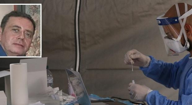 Un tecnico impegnato nell'esame di un tampone. Nel riquadro il prof Michele Mariani