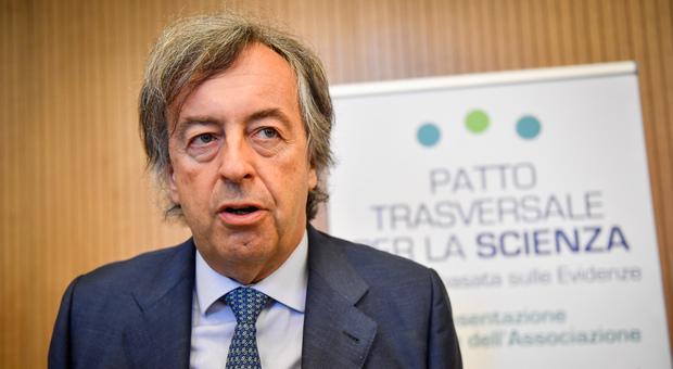 Roberto Burioni si vaccina contro il Covid: «Efficace e sicuro, un miracolo della scienza»