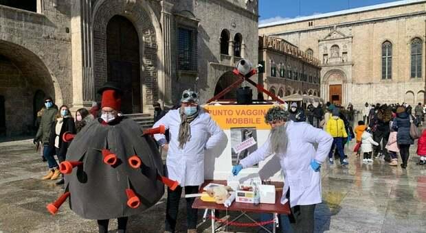 Divieti e freddo non fermano il Carnevale, il Coronavirus contagia l'ironia