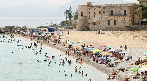 Zona gialla Sicilia da lunedì 30 agosto, Sardegna e Calabria in bilico. Mascherine e ristoranti: cosa cambia