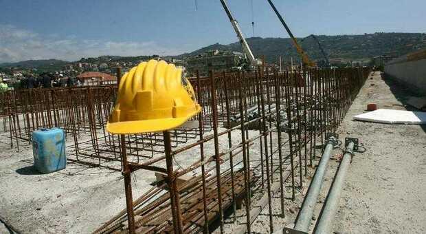 Ricostruzione e Superbonus, le imprese edili non si trovano. E i materiali? Prezzi alle stelle, non si trovano le impalcature