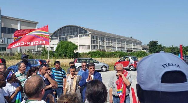 Il sindaco Seri con i lavoratori di Azimut Benetti