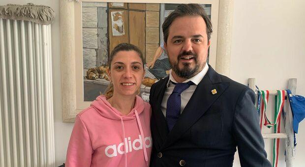 La calciatrice Carmen Gutierrez con l'avvocato Lorenzo Mondini