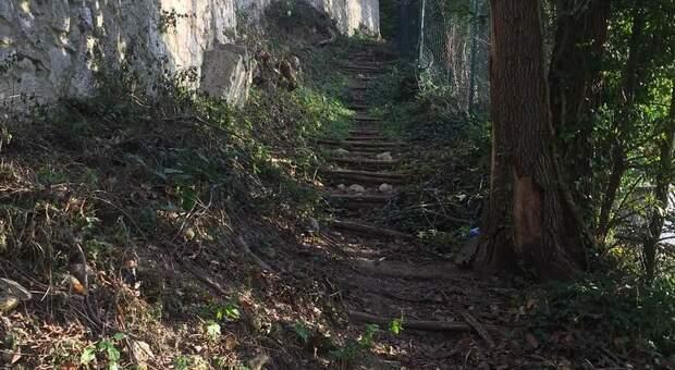 Si staccano pietre e detriti dalle antiche mura romane, paura per gli automobilisti