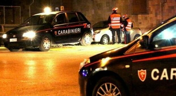 I carabinieri durante un controllo di notte