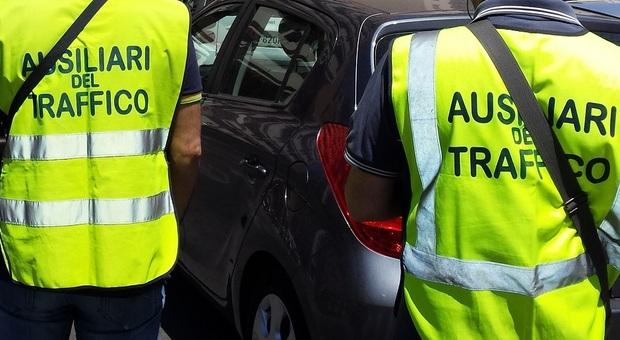 Pesaro, minacce e offese su Facebook agli ausiliari del traffico: la società dei parcheggi denuncia 10