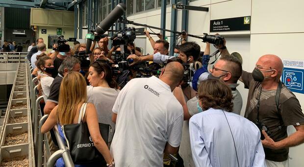 L'attesa per la sentenza per la strage in discoteca a Corinaldo davanti all'aula in tribunale ad Ancona