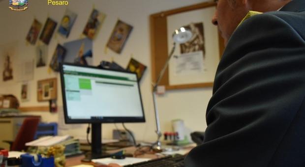 La Guardia di Finanza al lavoro in ufficio