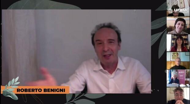 Roberto Benigni durante il collegamento con l'Università di Macerata