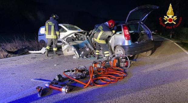 Terribile schianto tra un'auto e un furgone: muore un uomo di 43 anni
