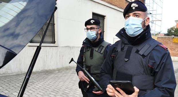 Una pattuglia dei carabinieri durante un controllo