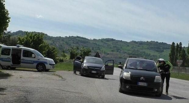 I controlli della polizia al confine tra Vallefoglia e Montelabbate, comuni in arancione scuro