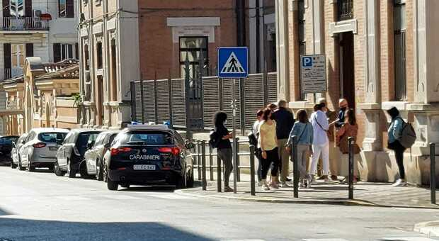 I carabinieri intervenuti alla De Amicis