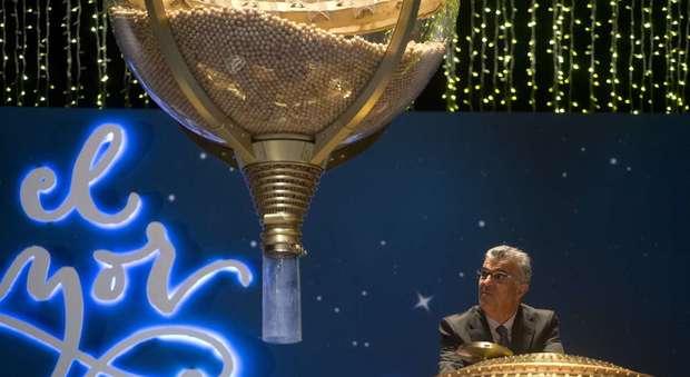 La fortuna bacia i comunisti: sezione del partito spagnolo vince 56 milioni alla lotteria di Natale