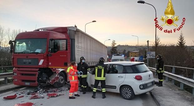 Frontale tra una vettura e un'autoarticolato: ferito alle gambe il conducente del camion