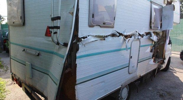 Fano, il camper impazzito fa strage di auto in sosta, pali e recinzioni: denunciato il conducente con la patente revocata