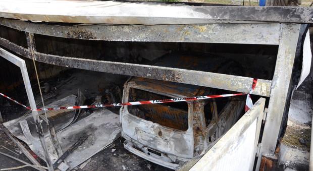 A Camerano fiamme e paura nella notte In un garage a fuoco ?un'auto e uno scooter