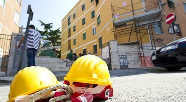 Roma, cede il solaio e un operaio rimane ferito a piazzale Clodio: «Sospetta rottura del bacino»