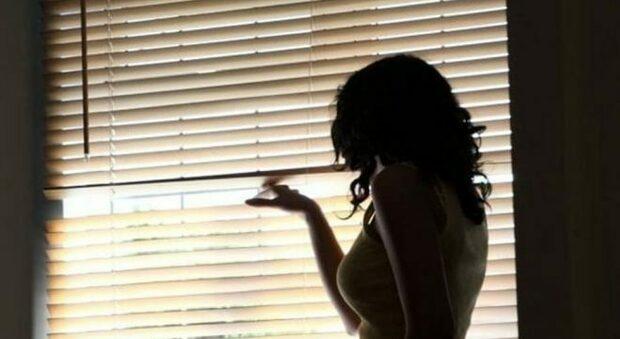 Un inferno di audio, foto e minacce, l'ex marito diventa uno stalker: non può più avvicinarsi