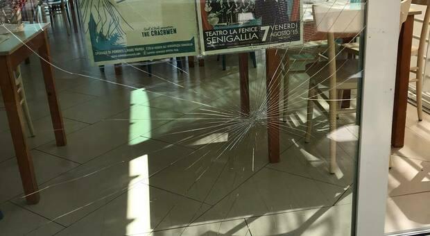 La vetrata del ristorante infranta da una bomba carta