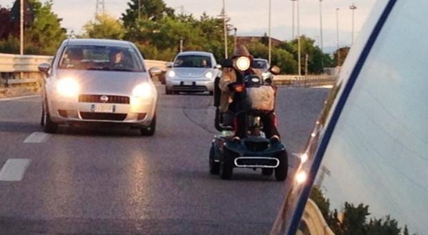 Cartoceto, choc in superstrada: in sedia a rotelle sulla corsia di sorpasso