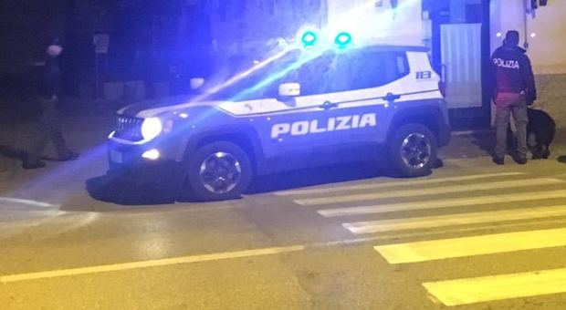 Pesaro, lo scippo diventa una rapina: «Dammi la borsa o ti ammazzo»