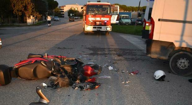 Schianto contro furgone, in gravi condizioni scooterista di 40 anni