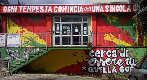 Palazzina di via Urbino dipinta da vandali writer: si apre il caso