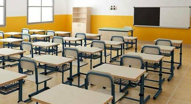 Quarantena a scuola, decide l'Area Vasta: prof e alunni in attesa del tampone possono andare in classe