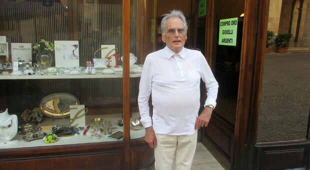 Douglas Medori davanti al suo storico negozio