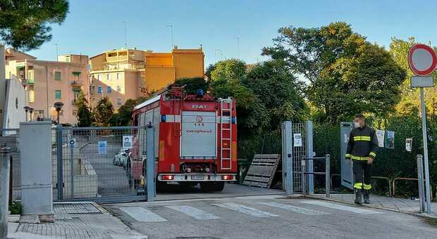 I vigili del fuoco intervenuti alla scuola Elia