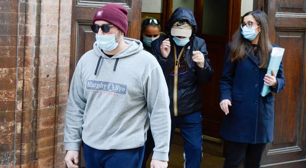 Il nipote di Rosina Carsetti, Enea, all'uscita dalla caserma dei carabinieri dopo l'interrogatorio