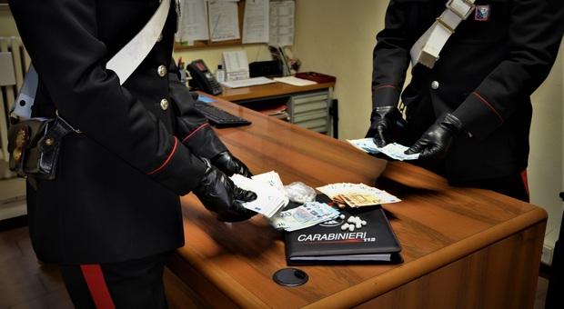Carabinieri fuori servizio vedono in diretta lo spaccio di eroina: due nigeriani arrestati