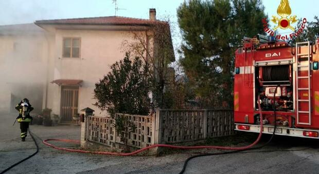 Ancona, scoppia l'incendio nel garage della villetta, gli abitanti scappano dal fumo