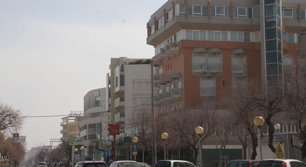 Senigallia, coppia di turisti lombardi fugge senza pagare una settimana di vacanza in hotel: trovati, sono scrocconi seriali