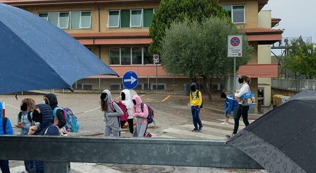 Gli studenti in attesa sotto la pioggia
