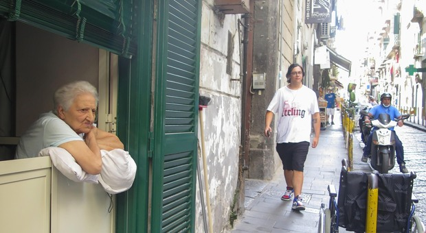 Napoli, tabaccaio in fuga col Gratta e vinci milionario. L'anziana vincitrice: «Ho sbagliato a fidarmi, gli ho solo chiesto aiuto»