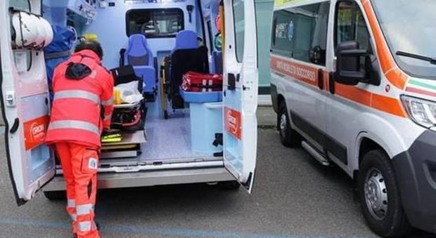 Precipita dal cestello mentre smonta le luminarie della festa: muore operaio di 44 anni