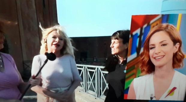 """Sandra Milo, gaffe """"hot"""" a Vita in Diretta: «Ma si accoppia con chiunque...». Imbarazzo in studio"""