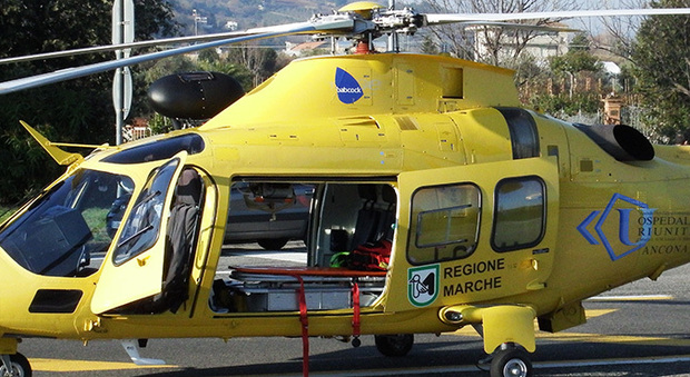 Folgorato da una scarica elettrica vola a terra da più di tre metri: operaio di 52 anni in gravi condizioni