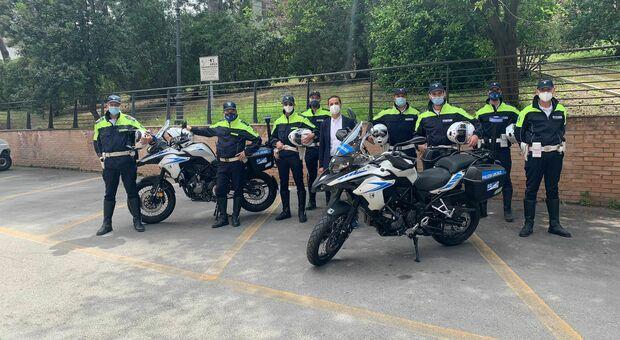 Il comandante Alberto Brunetti con gli agenti destinati alla pattuglia in moto