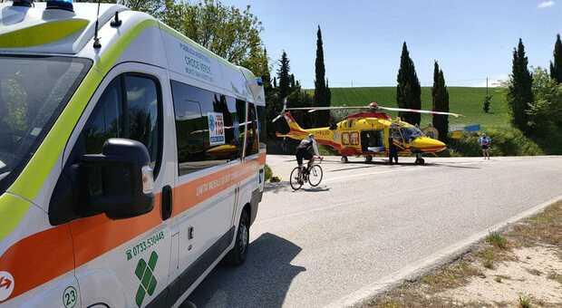 Monte San Giusto, malore o distrazione, il ciclista cade e travolge anche l'amico: entrambi in condizioni serie