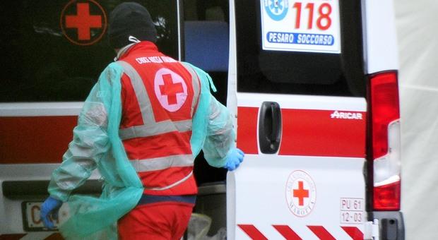Attraversa la strada sull'Adriatica, furgoncino la travolge: muore una donna