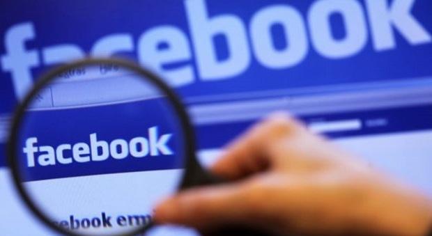 Facebook, spiare profilo del partner è reato: ecco che pene si rischiano