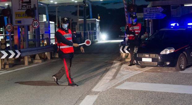 Porta la cocaina a una cliente ma incappa con l'auto in un posto di blocco, denunciato dai carabinieri